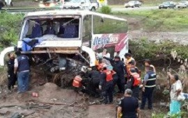 Un colectivo volcó sobre la Ruta Nacional N° 34 en Jujuy: hay más de 30 heridos