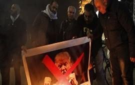 06/12/2017: Cientos de manifestantes en Gaza queman fotos de Trump y banderas norteamericanas