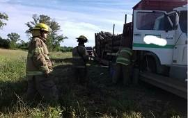 02/12/2019: Cargado con madera, se partió el acoplado y el camión se fue a la banquina